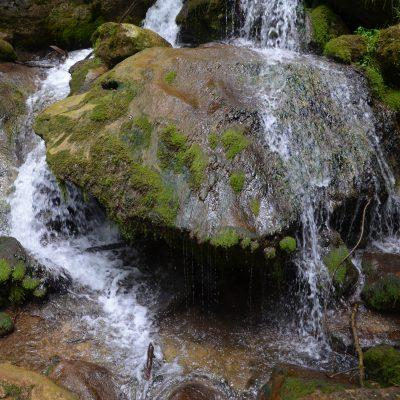 Myra-vízesések nagy szikla